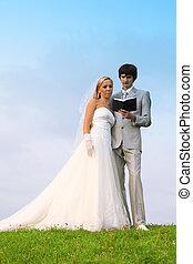 美しい, 身に着けていること, 聖書, フィールド, 読まれた, 花婿, 若い, 一緒に, 花嫁, 白いドレス