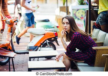 美しい, 身に着けていること, checkered, 古い, 夏, 型, スクーター, 若い, 魅力的, すみれ, 微笑, 女の子, カフェ, 服, 日
