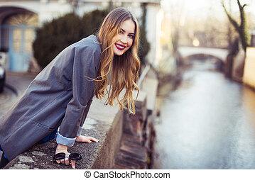 美しい, 都市, 歩くこと, 女, 堤防, 微笑, 川