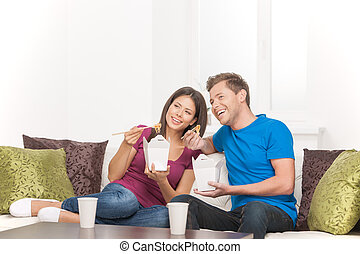 美しい, 食べること, モデル, 食物, 恋人, ソファー, 見る, 間, アジア人, 食品。, 離れて, 容器