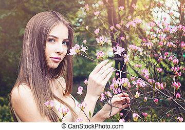 美しい, 鼻で吸う, 女, 花, 屋外で