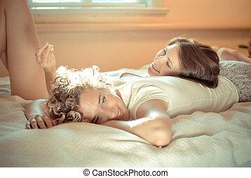 美しい, 2, ベッド, 若い, パーティー, パジャマ, 女性