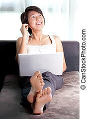 美しい, ethnicity--relaxing, 女, 聞くこと, 彼女, ソファー, semi-formals, ラップトップ, 後で, coat., work., なしで, 音楽, アジア人, executive--chinese/japanese, 家, podcast, ∥あるいは∥, 前に