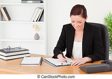 美しい, red-haired 女性, 中に, スーツ, 執筆, 上に, a, メモ用紙