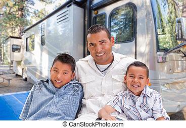 美しい, rv, ヒスパニック, 父, ∥(彼・それ)ら∥, 息子, campground., 前部, 幸せ