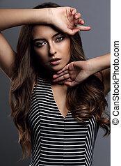 美しい, sexynude, 日, 構造, 女, ∥で∥, 長い間, 巻き毛の髪, スタイルがポーズを取る, ∥で∥, 手, 近くに, ∥, face., クローズアップ, 肖像画, 上に, 灰色, 背景