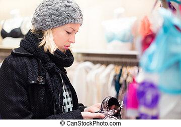 美しい, store., 女性, ランジェリー, 買い物