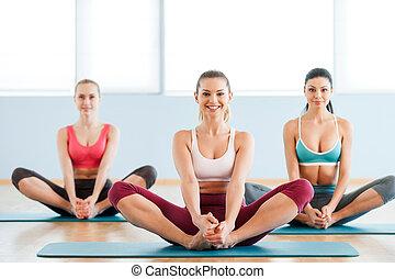 美しい, stretching., 伸張, 若い, 3, 微笑, スポーツ衣類, 女性