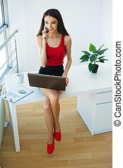 美しい, tシャツ, 女, skirt., オフィス。, 服を着せられる, 現代, 若い, business., 高く, 微笑。, コンピュータ, 黒い ライト, 女の子, 仕事, 決断, 赤, 幸せ