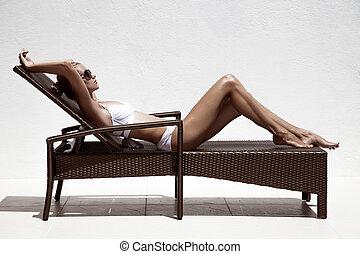 美しい, tan, 女性, モデル, sunbathing, 中に, ビキニ, 上に, chaise-longue.,...