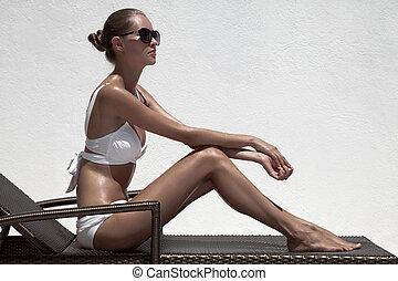 美しい, tan, 女性, モデル, sunbathing, 中に, ビキニ, 上に, chaise-longue
