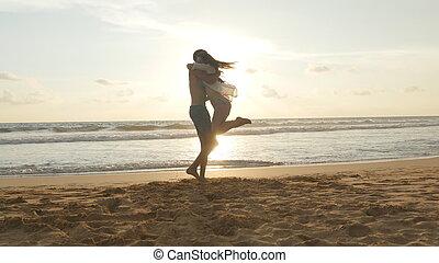 美しい, vacation., 腕, 彼の, 終わり, 女の子, 彼女, 若い, 抱擁, ボーイフレンド, ジャンプする, 浜, 女, のまわり, 恋人, ぐるぐる回る, 動くこと, 回転, 彼, seaside., の上, 一緒に, 人, 楽しみ, 持つこと, sunset.