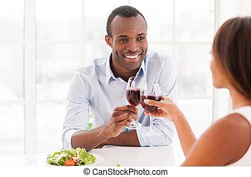 美しい, wineglasses, モデル, 恋人, dinning, 若い, 一緒に, 一緒に。, 保有物, アフリカ, テーブル