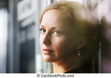 美丽的妇女, 悲哀, 看, 窗口, 在外