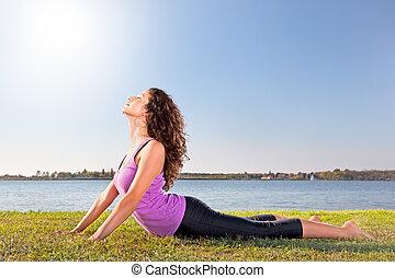 美丽的妇女, 瑜伽, concept., 伸展, 年轻, 其次, lake., 绿色的草, 练习