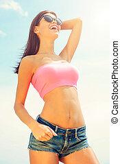 美丽, 站, 妇女, 角度, 短裤, 天空, 察看, 牛仔裤, 年轻, 对, 手, 头发, 当时, 低, 握住, 在户外, 微笑, sun!, 培养, 爱