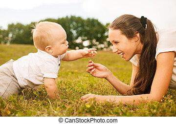 美丽, 花, 她, 给, 年轻, 妈妈, 婴儿