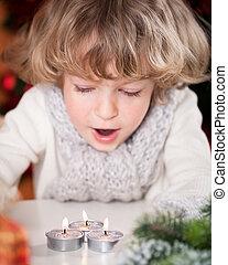美丽, 蜡烛, 孩子, 吹, 在外