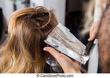 美容師, 适用, 染色, 上, customer's, 頭髮, 在, 沙龍