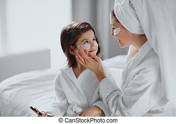 美顔術, 母, 使用, 注意深い, 娘, 下に, 目, パッチ