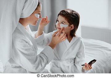 美顔術, 注意深い, 娘, 母, 目, 使用, パッチ, 下に
