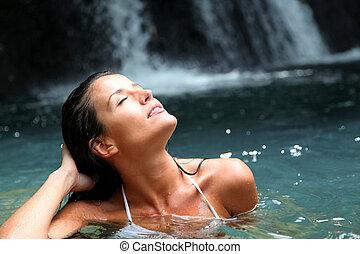 美麗的婦女, 享用, 洗澡, 近, 自然, 瀑布