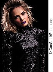 美麗的婦女, 在, 黑色, 閃爍, 衣服, 由于, 紫色, 唇膏