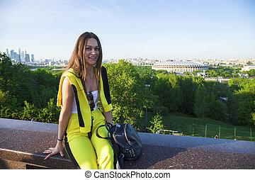 美麗的婦女, 小山, 麻雀, 莫斯科, 黃色, 針對, 欄杆, 坐, 背景, 跳傘裝
