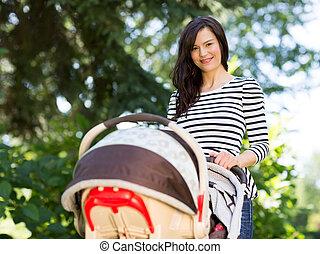 美麗的婦女, 推散步者, 在公園