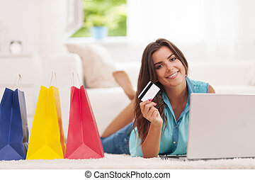 美麗的婦女, 支付, 所作, 信用卡, 為, 購物, 在家