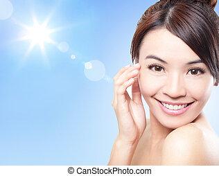 美麗的婦女, 臉, 由于, 陽光, 以及, 天空