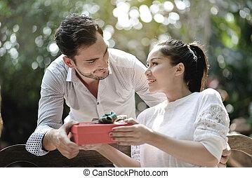 美麗的婦女, 花園, 給, 年輕, 禮物, 人