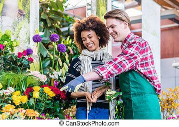 美麗的婦女, 購買, 小蒼蘭屬植物, 在, the, 建議, ......的, a, 有用, 賣主