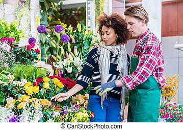 美麗的婦女, 購買, 小蒼蘭屬植物, 在, the, 建議, ......的, a, 有用, vendo