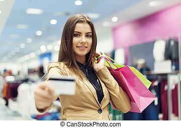 美麗的婦女, 顯示, 信用卡, 在, 購物中心