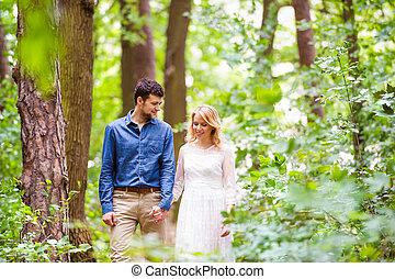 美麗, 夫婦, 步行, 森林, 藏品, 婚禮, 手