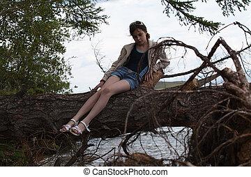 美麗, 女孩, 坐, 上, a, 樹