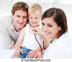 美麗, 女性 醫生, 檢查, a, 小男孩, 由于, 他的, 父親