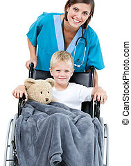 美麗, 女性 醫生, 運載, 可愛, 小男孩, 在, the, 輪椅, 在, the, 醫院