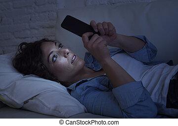 美麗, 婦女, 流動, 年輕, 長沙發, 電話, 概念, 網際網路, 家, 使用, 癮, 躺