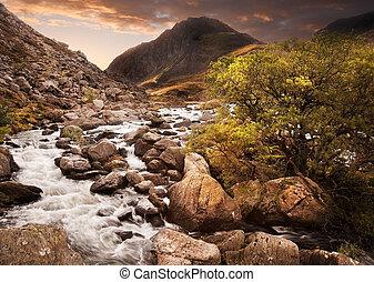 美麗, 山, 戲劇性, 前景, 給, 在上方, 天空, 範圍, 瀑布, 傍晚, 流動, wiht, 強有力, 風景, 喜怒無常