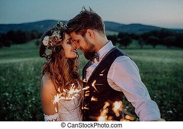 美麗, 新娘和新郎, 由于, sparklers, 上, a, meadow.