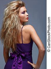 美麗, 白膚金發碧眼的人, 婦女, 在, 紫色, dress.