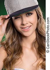 美麗, 站立, 婦女, 眨眼, 美麗, 被隔离, 年輕, 當時, 棒球, 綠色, cap.