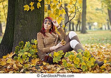 美麗, 雅致, 婦女站, 在, a, 公園, 在, 秋天
