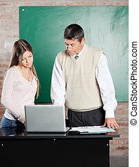 老師, 以及, 學生, 使用便攜式計算机, 在書桌, 在, 教室