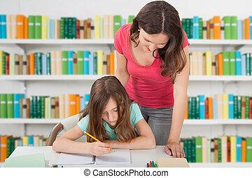 老師, 協助, 在學校的女孩, 圖書館