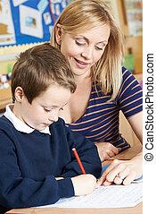 老師, 幫助, 男性, 基本, 小學生, 在書桌工作