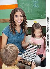老師, 由于, 孩子玩, 木琴, 在, 幼儿園