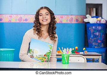 老師, 由于, 書, 在桌子坐, 在, 幼儿園